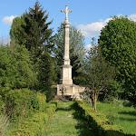 Rue du Château : croix sur l'emplacement de la fenêtre où le prince de Condé se serait suicidé en 1830