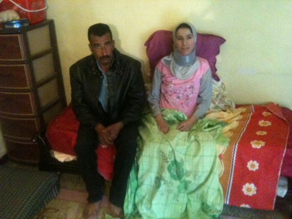 جزائري يحمل زوجته على كتفيه منذ 5 سنوات