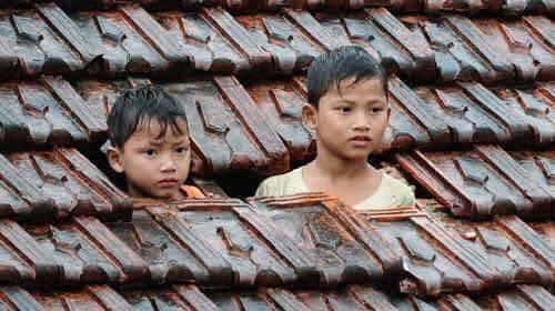 ảnh trẻ em tránh bão lũ