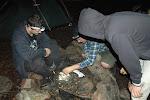 teamwork při rozdělávání ohně