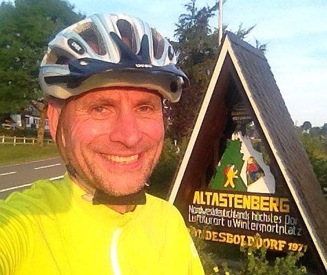 Chris on the Bike am Ortsschild von Altastenberg