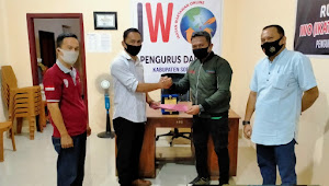 Zulkifli Thahir Serahkan SK Sekretaris PD-IWO Soppeng