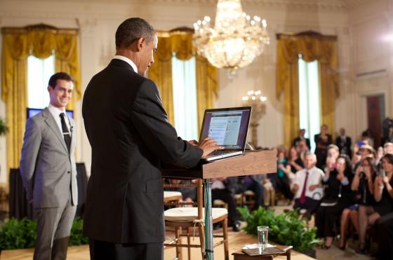Obama tweeting By Pete Souza (whitehouse.gov) [Public domain], via Wikimedia Commons