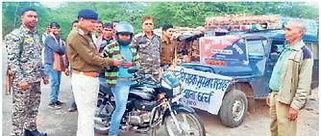 छर्च थाना प्रभारी राजेन्द्र शर्मा ने गुलाब देकर किया यातायात के प्रति जागरूक   Shivpuri News