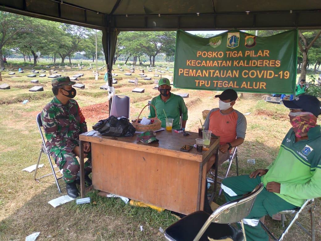 Babinsa Koramil 06/KD Giat Sambang Petugas Pemakaman TPU Tegal Alur Covid-19