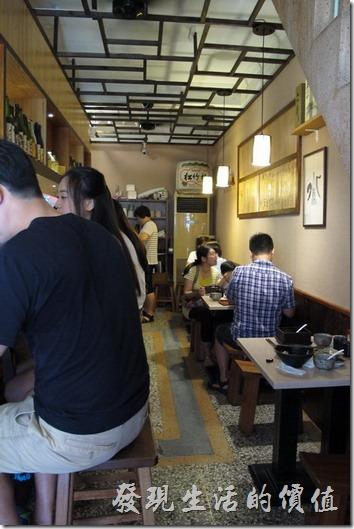 台南-鰻丼作好吃的鰻魚飯。《鰻丼作.食处.串燒》餐廳內部其實非常的狹窄,左手邊是吧台,右手邊擺了三張可以各坐兩個人的小桌子。