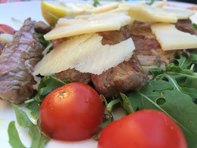 Stekt kjøtt med biter av parmesan.