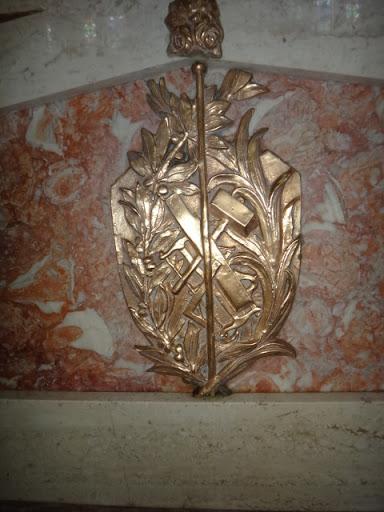 Este detalhe no altar da capela se refere a vida de São José: o lírio simboliza a pureza do Castíssimo São José. Verifica-se as ferramentas, tais como martelo, serrote, esquadro, que fizeram de São José um marceneiro.