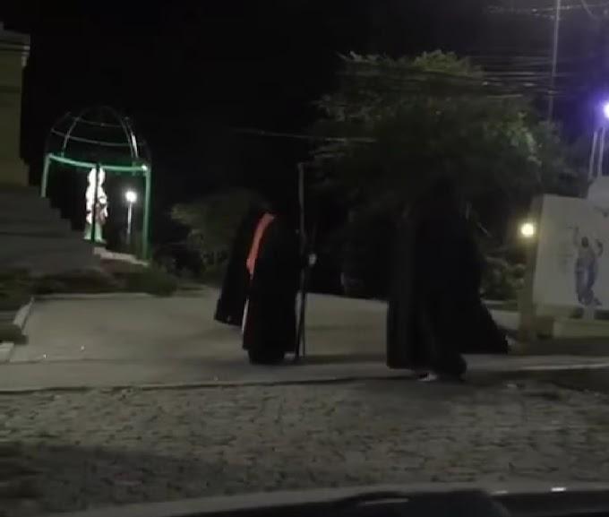 """Grupo encapuzado que faz """"ritual"""" na madrugada em Caruaru, assusta moradores; assista vídeos!"""