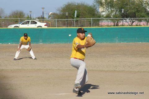 Luis Hernández de Piratas en el softbol sabatino