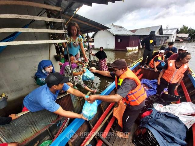 Majelis Taklim Az Zauqi Salurkan Bantuan Banjir di Kampung Sungai Tandipah
