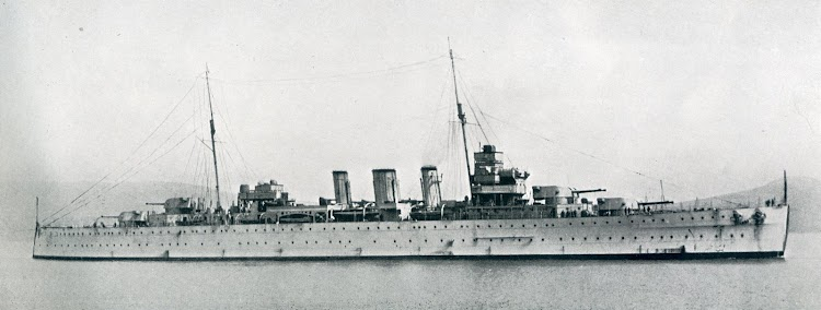 HMS BERWICK. En su estado de origen, las chimeneas fueron posteriormente sobreelevadas. De la revista The Shipbuilder. Año 1928.JPG