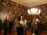 22 - A képek – különösen a három falat elfoglaló hatvannégy mellkép – a magyar történelem sajátos olvasatát adják.JPG