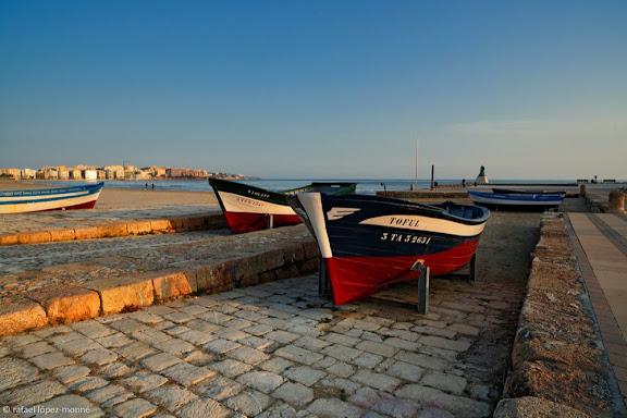 Antigues barques de pesca avarades al vell port de Salou.Salou, Tarragonès, Tarragona