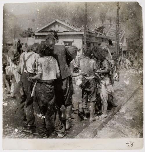 Na foto, Vítimas da bomba atômica em Hiroshima aguardam atendimento na ponte Miyuki, a dois quilômetros do epicentro, minutos após a explosão.