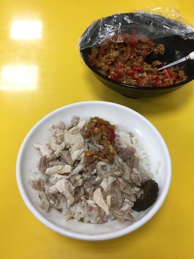 好吃!老闆還特別拿了自製辣椒出來配飯,好開胃喔😋 另外豬血湯跟燙青菜也都不油膩👍👍