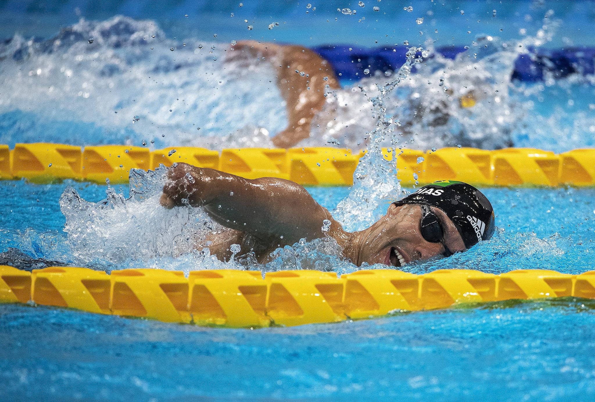 Daniel Dias ,no meio da piscina, respirando entre as braçadas