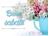 buon sabato immagine con frase aforisma tazza fiori vaso mazzo bianchi rosa.jpg