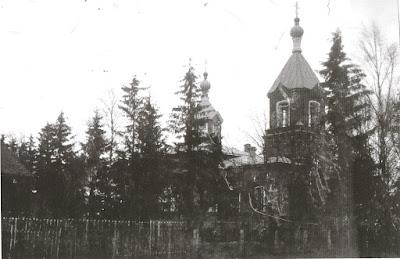 Церковь св. Александара Невского, постр. в 1887 год,слева виден дом регента(из личного архива Елены Вальме)