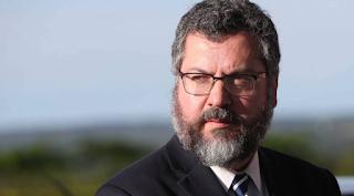 Demitido, Ernesto Araújo diz que Brasil é alvo de projeto para 'roubar dignidade espiritual'