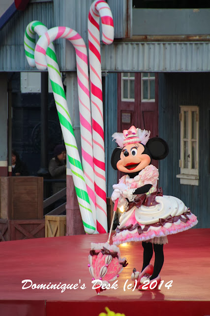 Minnie mouse performing in the Big Band Beat