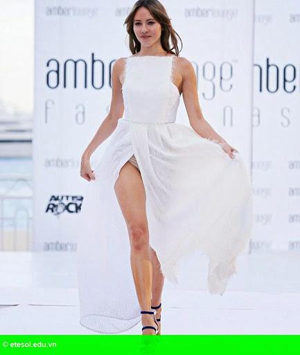 Hình 3: Vợ Button lộ quần lót vì váy xẻ tà quá cao