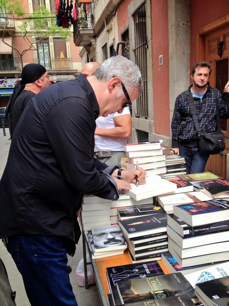 Photo: En el stand de la librería Negra y Criminal