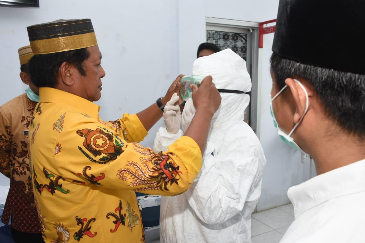 Upaya Pemerintah Daerah, Kaswadi Lengkapi APD ke Tim Gugus Covid 19 di Soppeng