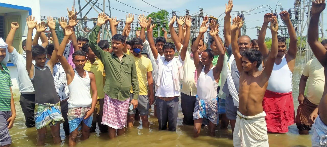 बिजली से परेशान गामीणों ने परसा पॉवर सबस्टेशन में किया प्रदर्शन