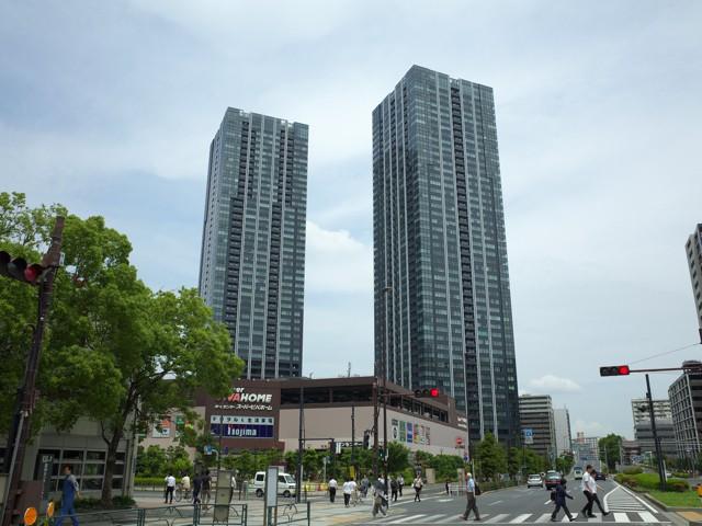 交差点目の前のホームセンター、スーパービバホームと高層ビル