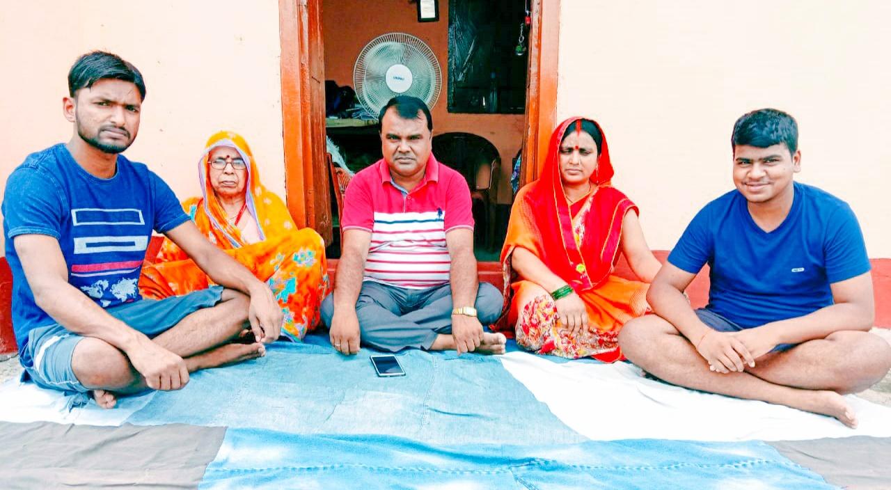 समस्या: बकरीद पर भी नहीं मिला शिक्षकों को वेतन,परिवार के साथ दिया धरना