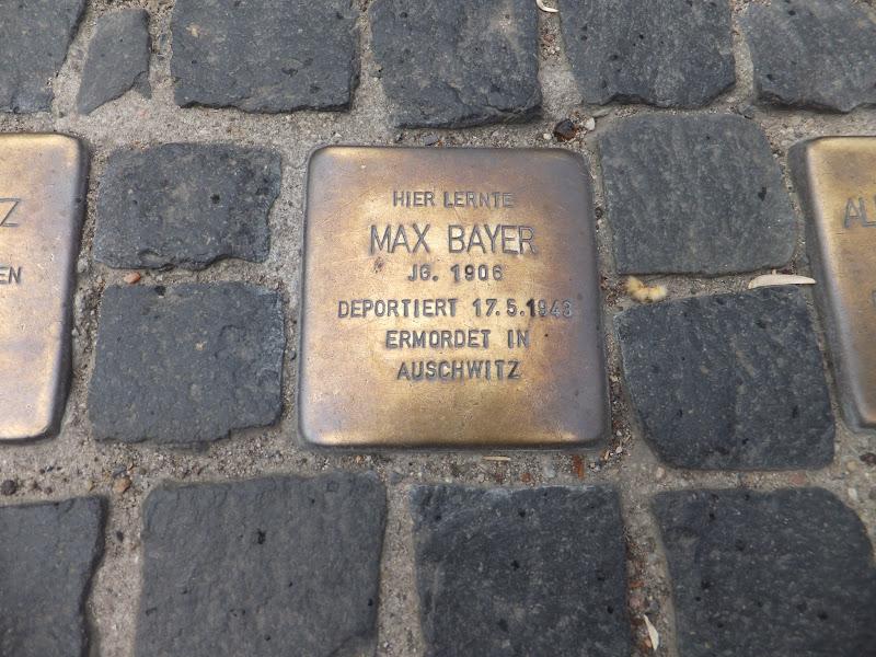Placas que recuerdan el Holocausto en Berlín