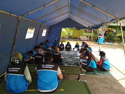 """Tagana Pacitan memberikan pengarahan kepada anggota Pramuka SMAN 2 Pacitan pada kegiatan """"Tagana Go to School"""" (Foto Istimewa)"""