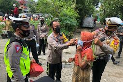 Dihadiri Langsung Oleh Kapolres Pasuruan Kota, Satlantas Bagikan Masker Serta Berikan Sosialisasi Di Dua Lokasi