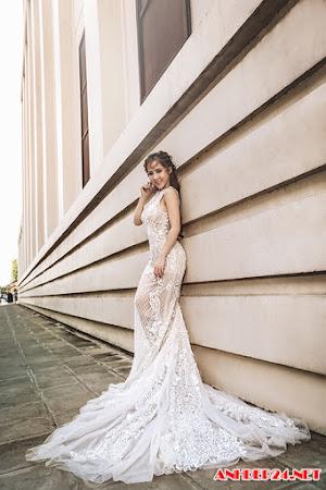 Váy cưới xuyên thấu giúp cô dâu khoe ba vòng gợi cảm