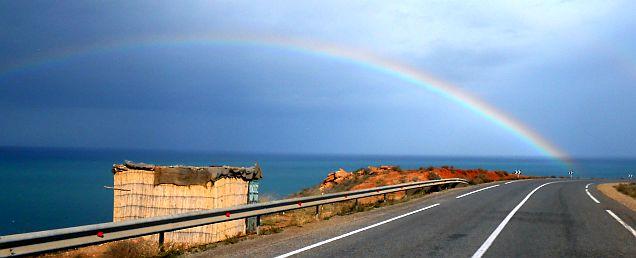 Regenbogen an der marokkanischen Mittelmeerküste bei Ichamraran