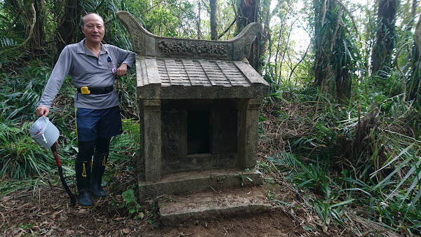 170916 目前見到最標緻與經典的三座百年石造小土地公廟之一.jpg