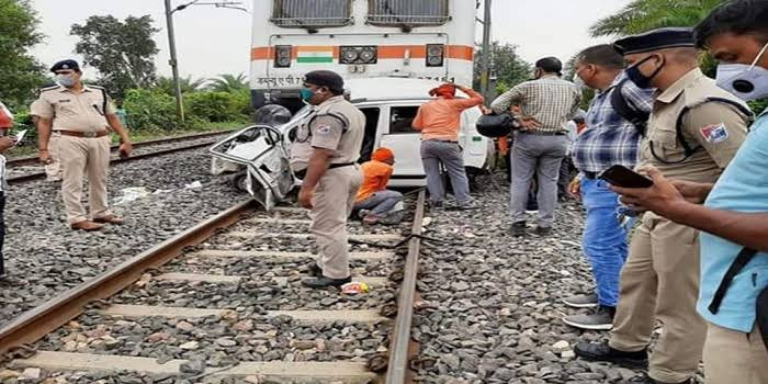 पटना-गया रेलखंड पर ट्रेन की चपेट में आई कार, दो की मौके पर मौत, 5 साल के मासूम की हालत गंभीर