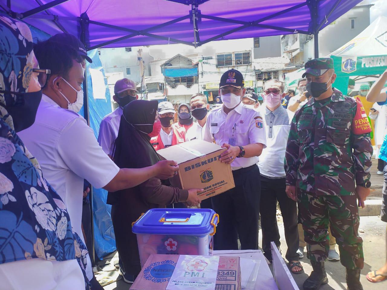 Dandim 0503/JB Bersama Walikota dan Kapolres Jakbar Bantu Korban Kebakaran