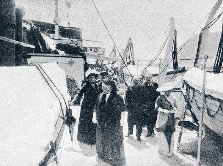 38-Visita de S.A.R la Infanta Cristina al buque de su nombre. Puerto de Barcelona. Revista La Vida Maritima. Año 1913.jpg