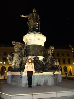 2017.10.22-089 Stéphanie devant la statue de Cartellier