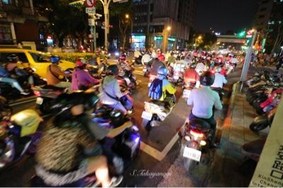 台北の夜の街中の様子
