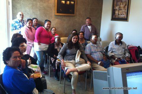 Diputada Martha de los Santos con beneficiados con cirugías de cataratas