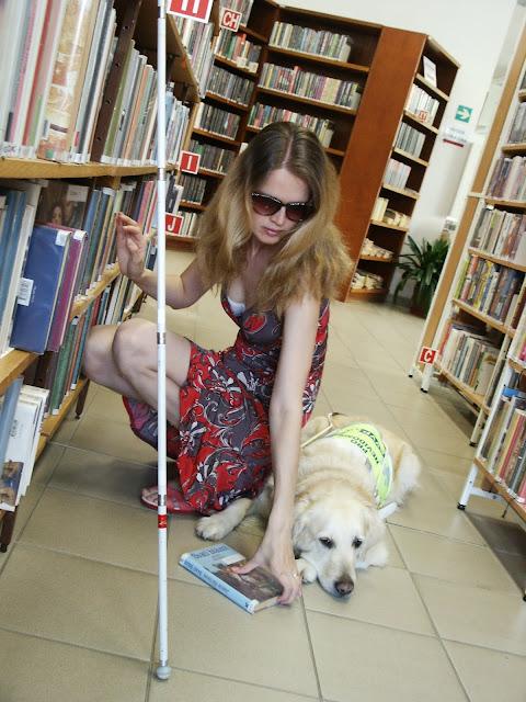Linda s Cilkou v knihovně