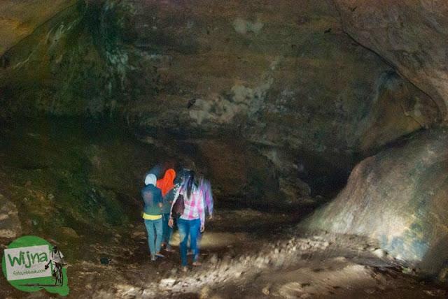 Suasana gelap, suram, lembap, dan angker yang ada di dalam situs keramat Gua Lawa di Dusun Nogosari,Selopamioro, Imogiri, Bantul, Yogyakarta