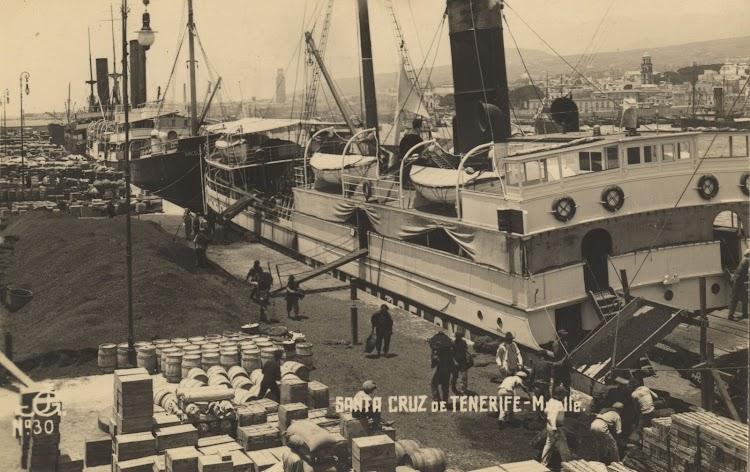 El TURIA amarrado en Tenerife. Ca. 1917. Foto Archivo FEDAC. Por su popa el BARCELO.jpg