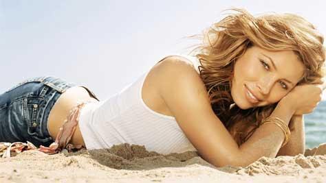 Jessica Biel tumbada en la arena