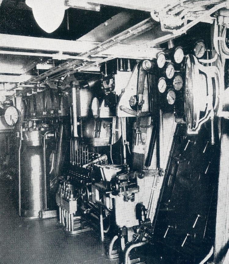Puesto de mando del motor principal. De la revista The Motor Ship.jpg