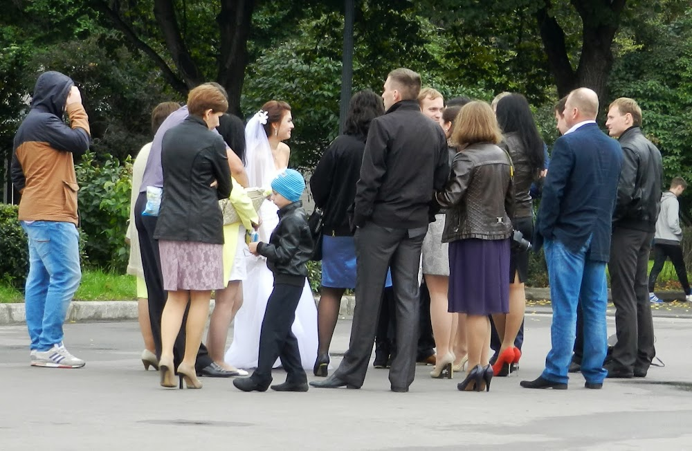 Gorky Park was FULL of newlyweds posing for photos.  My Russian friend Evginy grunted her disapproval, saying their huge entourages of bridesmaids were not the tradition, but copied from the West.