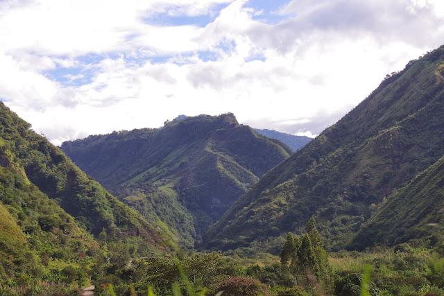 La Vallée de l'Intag (vue vers le Nord-Est) à Nangulvi (Imbabura, Équateur), 10 décembre 2013. Photo : J.-M. Gayman